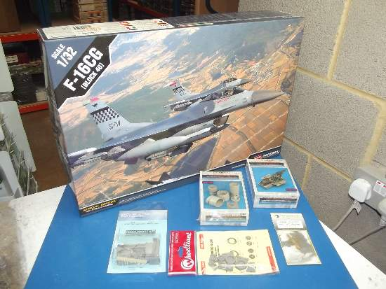 Academy 1/32 12106 F-16CG Block 40 Fighting Falcon w/ Extras Date: 00's