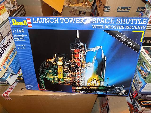 Revell 1/144 4911 Launch Tower & Space Shuttle Date: 00's